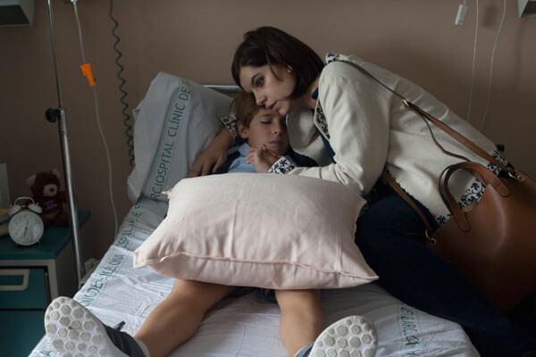 Miranda (Actriz Mariona Ribas) con su hijo en Hospital despues de la muerte de su Amador (Alain Hernández)