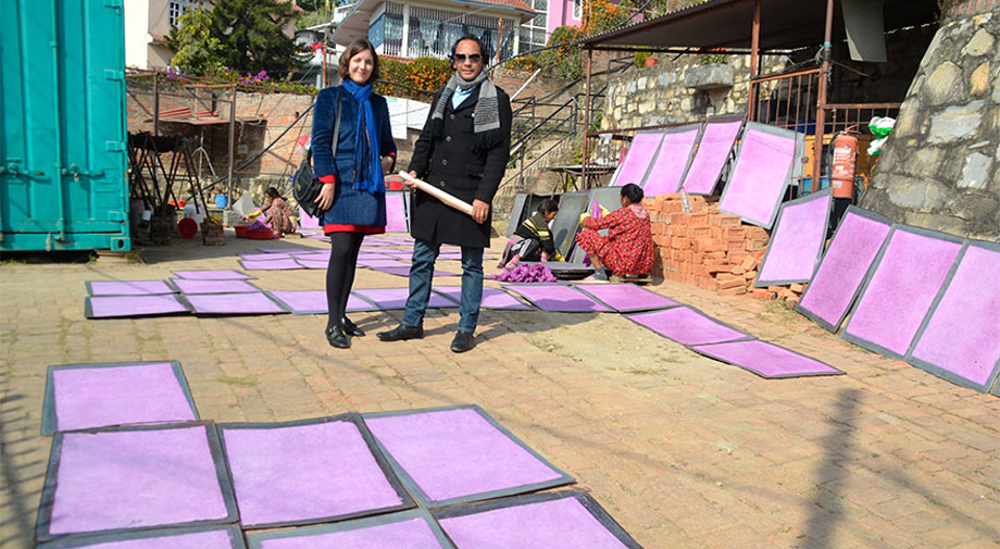 Fundadores Raju y Laura en taller de papel artesanal, Nepal